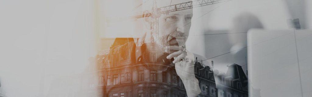 Figura del hombre mirando un laptop sobre un edificio en construcción de alto rendimiento