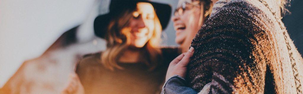 mujeres sonrientes cliente satisfecho
