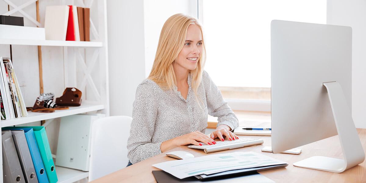 Mujer en la computadora de la oficina creando una tienda online