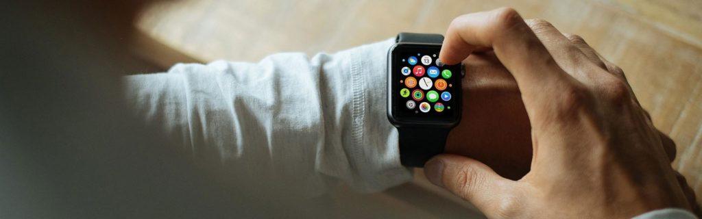 Hombre consultando su smartwatch el darwinismo digital