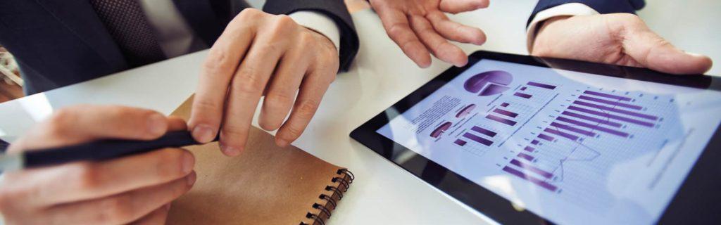 Empresarios que consultan los dashboards de la empresa