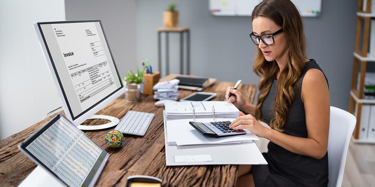 Mujer joven aprendiendo cómo automatizar la contabilidad y los beneficios de la digitalización en la contabilidad