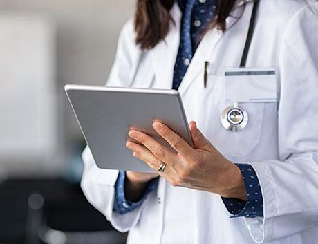 doctora con una tablet trabajando con el software de gestion PHC CS