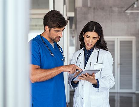 Dos médicos viendo los resultados en una tablet a través del Software de Gestión PHC CS
