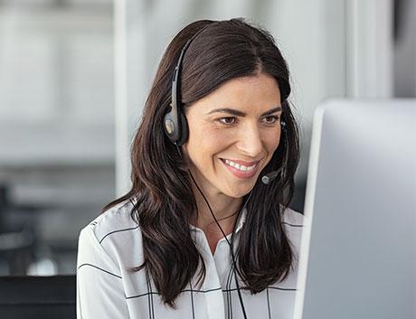mujer dando soporte técnico a uno de sus clientes