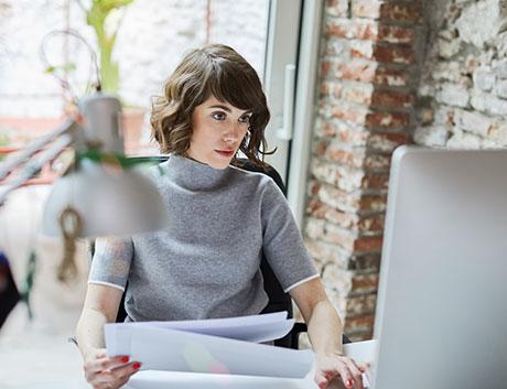 colaboradora viendo las cuentas del mes con ayuda del software de gestion financiera