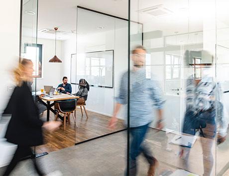 oficina con colaboradores en movimiento