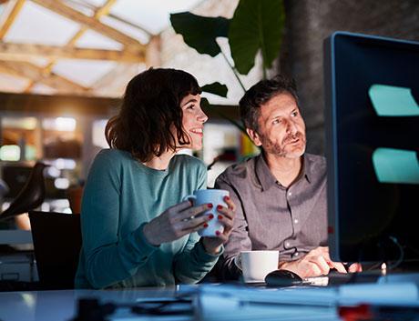 Dos compañeros de trabajo revisando los proyectos y getionando al equipo con el software de gestión para equipos y proyectos
