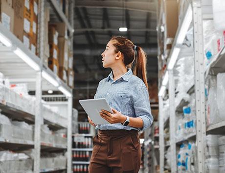 mujer en un almacén viendo el stock