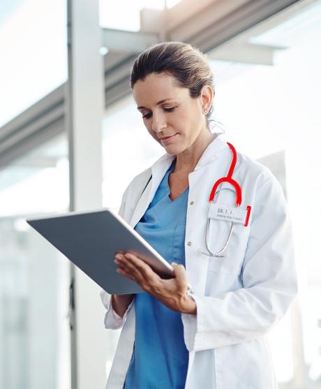 medica a trabalhar com um tablet na mão