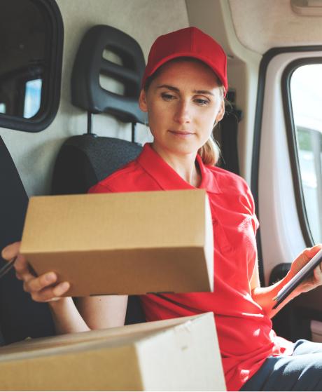 trabajadora repartiendo un paquete