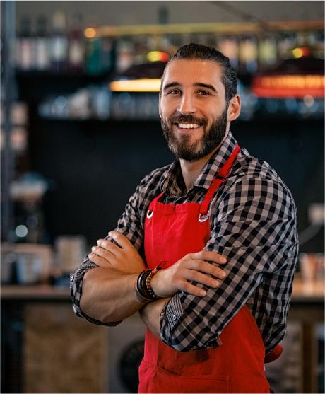 camarero en su restaurante preparado para trabajar