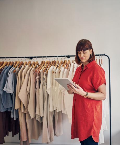 señora en su tienda mirando el stock