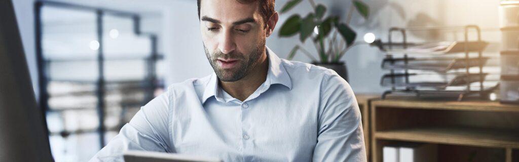 Empresario consultando la gestión de tesorería en la tableta